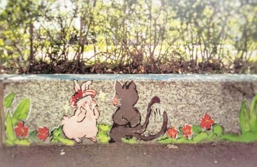 一侧划了停车位,另一侧的路边石上被彩绘了电影人物,卡通造型等.