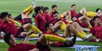 9月4日,中国队球员在训练中。当日,中国男子足球国家队在多哈进行了赛前适应性训练,备战9月5日与卡塔尔队进行的2018年世界杯足球赛亚洲区预选赛。新华社发(尼库摄) - News.365Jilin.Com