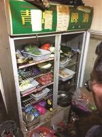 执法人员检查中发现存在食品安全问题的实体店。 于慧 摄 - 新浪吉林