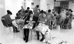 志愿者制作爱心坐垫。 石天蛟 摄 - News.365Jilin.Com