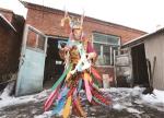 双阳区鹿乡镇的村民杨辉敲着鼓,跳起了鹿神舞。刘连宇 摄 - 新浪吉林