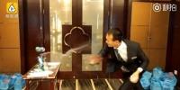 男子练飞牌7年用2万副扑克 能瞬间击爆易拉罐(图) - 新浪吉林