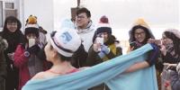 向学生们展示冬泳魅力。石天蛟 摄 - 新浪吉林