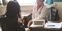宁丽敏医生正在给孩子检查。于慧 摄 - 新浪吉林