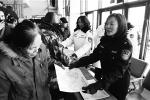 吉林省交警部门为市民发放宣传资料。梁闯 摄 - 新浪吉林