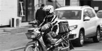 现在很多送餐员选择用摩托车送外卖。 张扬 摄 - 新浪吉林