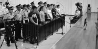 吴芳(红圈中)与她所找的杀手一同站在被告席上。法院供图 - 新浪吉林