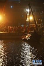 这是10月31日拍摄的重庆万州坠江公交车打捞现场。新华社记者 王全超 摄 - 新浪吉林