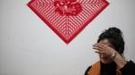 10 月10 日,佳木斯富锦,宋晓莉在家讲述她老公黄海龙肚子被扎出血时哭了起来。新京报记者 王嘉宁 摄 - 新浪吉林