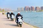 摩托车巡查队在伊通河畔巡查。张扬 摄 - 新浪吉林