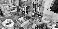 """现场能看到罐装假酒的工具以及部分已经""""出厂""""的""""品牌酒"""" - 新浪吉林"""