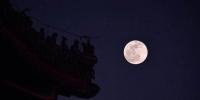 """1月21日 景山万春亭飞檐上的脊兽与""""超级月亮""""。摄影 / 新京报记者 李木易 - 新浪吉林"""