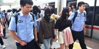 女大学生做微商被骗2万,警方顺藤摸瓜跨省抓60人,嫌犯女孩居多 - 北国之春