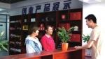 白山·返乡创业孵化示范基地工作人员在和创业公司负责人研究产品销售。 - 新浪吉林