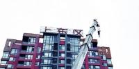 万科上东区小区楼顶字拆除前后对比。 张扬 摄 - 新浪吉林
