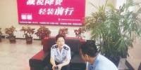 助企干部对接相关部门走进企业解读政策。 刘雨佳 摄 - 新浪吉林