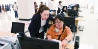 """长春市政务服务大厅工作人员(左)""""手把手""""为办事群众提供服务。 孙建一 摄 - News.365Jilin.Com"""