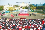 国庆期间,来到长影世纪城游玩的游客,不仅能够体验景区内各种新奇的游乐设施,还在10月1日当天共同收看了庆祝中华人民共和国成立70周年大会直播。 图片由长影世纪城提供 - 新浪吉林