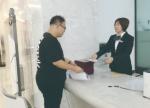 市民吴建强仅用两天就领到了食品经营许可证。 赵雪 摄 - 新浪吉林
