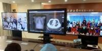 2月17日下午,在中国医科大学附属第一医院远程会诊中心内,专家组正在远程会诊湖北襄阳新冠肺炎患者。王景巍 摄 - 新浪吉林