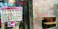 一家饭店专门开了一扇小窗,供顾客和快递小哥取餐。 李中良 摄 - 新浪吉林