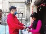 24岁的青年志愿者刘闰博第一时间来到长春市互助社区,主动请缨,参与送达、张贴通知等宣传活动。 - 新浪吉林
