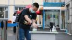 吉林市第一实验小学学生进入校园后洗手。 - 新浪吉林