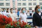 吉林市第一实验小学的学生井然有序地进入校园。 - 新浪吉林
