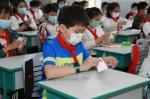 吉林市一实验学生在教室内进行手部消毒。 - 新浪吉林