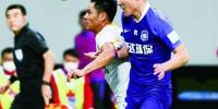 1日,天津泰达球员宋岳(前右)与长春亚泰球员杨超声拼抢。 (新华社发) - 新浪吉林