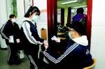学生进入班级之前测体温。 记者 庄新岩摄 - 新浪吉林